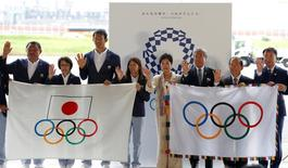 Tokyo governor Yuriko Koike (4th R), Japanese Olympic Committee (JOC) President Takeda Tsunekazu (3rd R), Japan's Olympic team's sub-captain Keisuke Ushiro (3rd L) and captain Saori Yoshida (4th L) pose with the Olympic flag (R) and JOC flag during a ceremony to mark the arrival of the Olympic flag at Haneda airport  in Tokyo, Japan, August 24, 2016.    REUTERS/Kim Kyung-Hoon