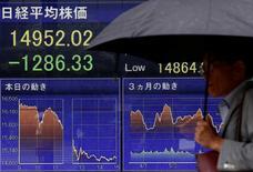 Un hombre camina junto a una pantalla que muestra el índice Nikkei, afuera de una correduría en Tokio, Japón. 24 de junio de 2016. El índice Nikkei de la bolsa de Tokio subió el miércoles luego de que una pausa en el avance del yen impulsó a los valores cíclicos, aunque la cautela antes de un discurso de la presidenta de la Reserva Federal de Estados Unidos, Janet Yellen, limitaba las ganancias. REUTERS/Thomas Peter