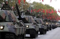 """Танки турецкой армии на параде в Стамбуле 29 октября 2015 года. Турецкий спецназ, танки и ВВС при поддержке самолётов возглавляемой США международной коалиции, начали в среду первое согласованное наступление в Сирии с целью вытеснить боевиков """"Исламского государства"""" с границы и предотвратить дальнейшее продвижение курдских повстанцев. REUTERS/Murad Sezer"""