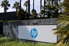 HP Inc, qui a recueilli les activités de matériel informatique de l'ancien Hewlett-Packard, affiche un chiffre d'affaires en recul de 3,8% à 11,89 milliards de dollars (10,56 milliards d'euros) sur les trois mois au 31 juillet, en raison d'une nouvelle détérioration de la demande pour les imprimantes. C'est le troisième trimestre de suite de repli de ses ventes. /Photo prise le 12 mai 2016/REUTERS/Mike Blake