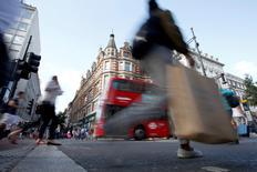 Los minoristas británicos anunciaron sus ventas más potentes en seis meses en agosto, recuperándose del bajón inicial que provocó el referéndum en junio a favor de la salida de Reino Unido de la Unión Europea, mostraron el jueves estadísticas de la industria. En la imagen, compradores en Oxford Street, Londres, el 14 de agosto de 2016.  REUTERS/Peter Nicholls/File Photo