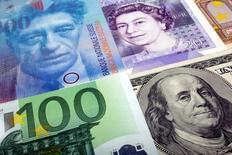Банкноты разных стран. Доллар упал в четверг, поскольку некоторые инвесторы закрывали позиции в преддверии ежегодной конференции глав центробанков в Джексон-Хоул, ожидая указаний от главы ФРС Джанет Йеллен о векторе монетарной политики в США. REUTERS/Kacper Pempel/Illustration/File Photo