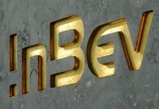 Логотип Anheuser-Busch InBevна здании штаб-квартиры компании в Левене. Крупнейшая в мире пивоваренная компания Anheuser-Busch InBev намеревается сократить штат сотрудников примерно на 3 процента после покупки своего ближайшего конкурента SABMiller, согласно документам о сделке, опубликованным в пятницу.  REUTERS/Jan Van De Vel