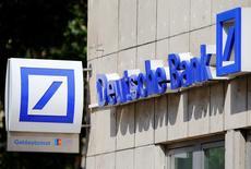 Deutsche Bank, el mayor banco de Alemania, dijo el viernes que venderá su filial argentina al local Banco Comafi como parte de su plan estratégico de racionalizar sus negocios en el extranjero.  En la imagen, el logo de la entidad alemana en una sucrsal en Colonia, el 18 de julio de 2016. REUTERS/Wolfgang Rattay/