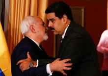El presidente venezolano Nicolás Maduro (derecha) y el ministro de Asuntos Exteriores de Irán,  Mohammad Javad Zarif, se abrazan durante una reunión en Caracas. 27 de agosto de 2016. Venezuela e Irán continúan buscando un consenso para intentar estabilizar el mercado petrolero, dijo el sábado el presidente Nicolás Maduro, tras una reunión con el canciller iraní, Mohammad Javad Zarif. REUTERS/Carlos Garcia Rawlins