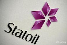 Логотип Statoil на презентации отчета компании в Лондона 6 февраля 2015 года. Норвежский нефтяной гигант Statoil сообщил, что примерно на 20 процентов снизил расходы на первый этап работы месторождения Johan Sverdrup, в то же время резко увеличив прогноз добычи. REUTERS/Toby Melville