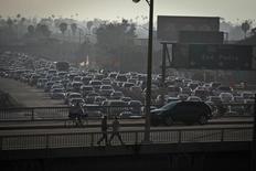 Автотрасса в Лос-Анджелесе. 22 марта 2012 года. Потребительские расходы в США увеличились четвёртый месяц подряд в июле благодаря хорошему спросу на автомобили, указывая на оживление экономического роста, которое может подготовить почву для подъёма ставок ФРС США в текущем году. REUTERS/Bret Hartman