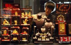Ювелирный магазин в городе Ухань в китайской провинции Хубэй. 25 августа 2011 года. Банк Открытие первым из российских банков продал золотые слитки на Шанхайской бирже золота, сообщила крупнейшая в РФ частная кредитная организация, стремящаяся укрепить свои позиции в КНР. REUTERS/Stringer