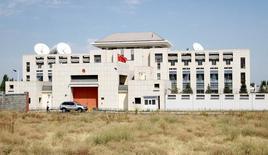 Вид на посольство КНР в Бишкеке. 30 августа 2016 года. Предполагаемый смертник на автомобиле протаранил ворота китайского посольства в столице Киргизии Бишкеке во вторник, взорвав себя и ранив трёх человек, сообщили чиновники. REUTERS/Vladimir Pirogov