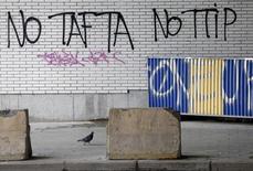 """Manifestation à Bruxelles contre le TTIP (Tafta en anglais), le traité de libre-échange transatlantique. La France va demander l'arrêt des négociations entre l'Union européenne et les Etats-Unis sur ce projet de traité, en raison, selon François Hollande, d'un """"déséquilibre évident"""" au profit des Américains. /Photo d'archives/REUTERS/François Lenoir"""