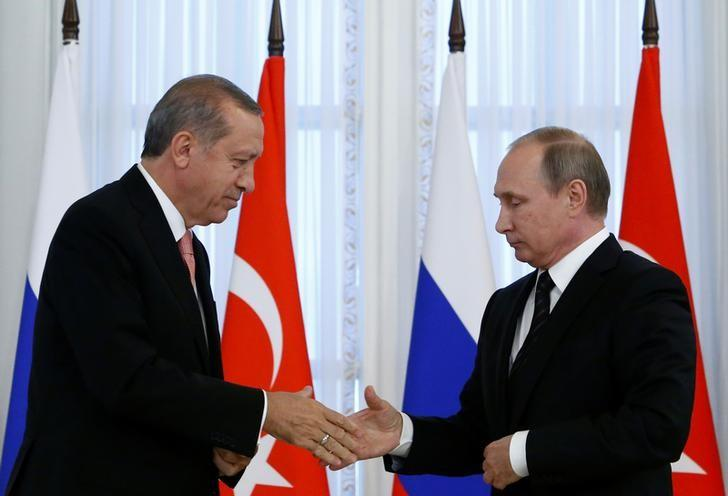 Russian President Vladimir Putin shakes hands with Turkish President Tayyip Erdogan during a news conference following their meeting in St. Petersburg, Russia, August 9, 2016.  REUTERS/Sergei Karpukhin