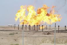 Скорающий попутный газ на месторождении Румалия в иракской Басре 26 января 2016 года. Ирак поддержит решение о заморозке добычи нефти ради поддержания цен на черное золото, сказал премьер-министр Хайдер аль-Абади, комментируя предстоящий в сентябре саммит картеля. REUTERS/Essam Al-Sudani