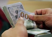 Em foto de arquivo, notas de dólar são contadas em banco no Cairo, Egito 10/03/2016 REUTERS/Amr Abdallah Dalsh/File Photo