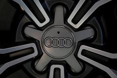 Le directeur commercial d'Audi (groupe Volkswagen) a dit mercredi compter sur un accord dès octobre avec les autorités américaines sur les moteurs diesel de 3,0 litres que le constructeur allemand a reconnu avoir équipés d'un logiciel truqueur pour fausser les tests d'émissions polluantes. /Photo prise le 31 août 2016/REUTERS/Bobby Yip