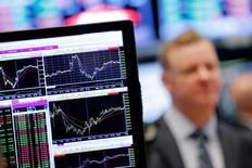 Экран с графиками на фондовой бирже в Нью-Йорке. 30 августа 2016 года. Американские фондовые индексы снижаются в начале сессии среды, в последний торговый день августа, поскольку укрепление доллара оказало давление на нефтяные котировки и акции компаний сектора материалов. REUTERS/Lucas Jackson