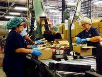 Trabajadores empacando frascos de salsa en la planta de Chelten House Products en Bridgeport, Nueva Jersey. 27 de julio de 2015. Los empleadores privados de Estados Unidos crearon 177.000 puestos de trabajo en agosto, superando las expectativas de los economistas, mostró el miércoles el informe de un procesador de nóminas. REUTERS/Jonathan Spicer