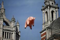 """Um porco inflável da banda Pink Floyd flutua sobre o museu Victoria and Albert para promover a mostra """"The Pink Floyd Exhibition: Their Mortal Remains"""", em Londres, Inglattera 31/08/2016 REUTERS/Peter Nicholls"""