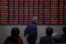 Инвесторы в брокерской конторе в Шанхае 7 марта 2016 года. Китайские фондовые индексы снизились по итогам торгов четверга под давлением акций сектора недвижимости, поскольку официальный индекс менеджеров по закупкам (PMI), рассчитываемый Caixin/Markit, указал на замедление деловой активности в строительной отрасли Китая в августе. REUTERS/Aly Song/File Photo