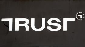 Логотип банка Траст в Москве. 7 июня 2016 года. Альфа-банк решил отозвать свою заявку научастие вконкурсе наповторный отбор санатора банка Траст, сообщил банк. REUTERS/Sergei Karpukhin