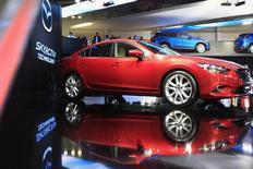 Автомобиль Mazda 6 на автосалоне в Москве. 29 августа 2012 года. Совместное предприятие российского Соллерса и японской Mazda взяло на себя обязательство перед правительством РФ построить на Дальнем Востоке завод мощностью 50.000 двигателей в год, говорится в сообщении автопроизводителя. REUTERS/Sergei Karpukhin