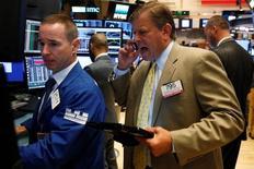 Трейдеры на торгах Нью-Йоркской фондовой биржи 31 августа 2016 года. Американские фондовые индексы растут в начале торгов пятницы после публикации статистики США, указавшей на более сильное, чем ожидалось, замедление роста занятости в августе и сократившей ожидания повышения процентных ставок ФРС в сентябре. REUTERS/Brendan McDermid