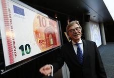 La recuperación económica de la zona euro es insatisfactoria y son necesarios nuevos esfuerzos para reforzar el crecimiento, particularmente desde que la confianza en las instituciones políticas nacionales y de la UE es baja, dijo Yves Mersch, miembro de la junta ejecutiva del Banco Central Europeo.  En esta imagen de archivo, Yves Mersch, del Banco Central Europeo, presenta el nuevo billete de 10 euros en la sede del BCE en Fráncfort, Alemania, el 13 de enero de 2014.  REUTERS/Ralph Orlowski