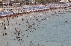 La actividad en el sector servicios en España se expandió a un ritmo mayor en agosto, mostró el lunes un sondeo, debido a que los negocios siguieron en buena forma en el sector hotelero y turístico durante una temporada veraniega récord. En la foto de archivo, veraneantes en la playa de Benidorm el 26 de julio de 2015. REUTERS/Heino Kalis