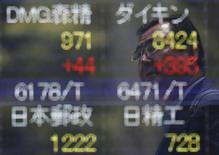 Un hombre se refleja en una pantalla que muestra información bursátil afuera de una correduría en Tokio. 11 de julio de 2016. Las bolsas de Asia trepaban el lunes luego de que un reporte de empleo estadounidense más débil que lo esperado llevó a los inversores a recortar las expectativas de que la Reserva Federal podría subir las tasas de interés tan pronto como este mes. REUTERS/Issei Kato/File Photo