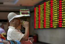 Инвестор в брокерской конторе в Нанкине. 21 августа 2015 года. Китайские фондовые индексы закрыли торги вторника в плюсе за счёт акций производителей товаров массового потребления и автомобильного сектора, но рост был ограничен в связи с беспокойством, что регуляторы собираются сократить уровень использования заёмных средств на финансовых рынках страны. REUTERS/China Daily