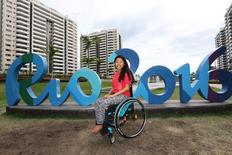 Atleta Yip Pin Xiu, de Cingapura, diante da Vila Paralímpica do Rio.  06/09/2016.  REUTERS/Jason O'Brien
