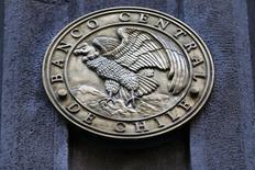 El emblema del Banco Central de Chile, visto en la entrada del edificio en el centro de Santiago. 25 de agosto de 2014. El Banco Central de Chile ajustó el miércoles su estimación de crecimiento de la economía este año a un rango de 1,5 a 2,0 por ciento y recortó levemente su cálculo de inflación, en medio del bajo dinamismo de la demanda interna y una política monetaria que permanecería estable. REUTERS/Ivan Alvarado