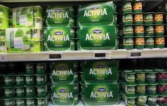 Yogures de Danone a la venta en un supermercado en Niza, Francia, mar 14, 2016. La firma francesa Danone acordó la venta de su filial en Chile a la local Watt´s por 16.000 millones de pesos (24 millones de dólares), un monto al que deberá restar la deuda financiera neta de la unidad, informó el miércoles la empresa chilena.  REUTERS/Eric Gaillard