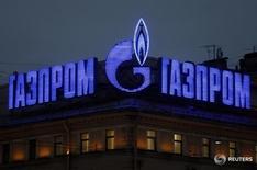 Реклама Газпрома на здании в Санкт-Петербурге 14 ноября 2013 года. Немецкая газотранспортная компания Thyssengas заинтересована в более тесном сотрудничестве с российским Газпромом и готова стать частью расширенной трубопроводной системы, созданием которой занимается российская компания, сказал глава Thyssengas. REUTERS/Alexander Demianchuk