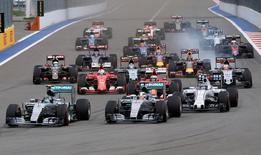 La Fórmula 1 enfrenta su cambio más radical en décadas tras anunciarse el miércoles que Liberty Media, del magnate de la televisión por cable John Malone, tomará el control del lucrativo y glamuroso deporte.  En la imagen, un gran premio de F1 en Sochi, el 11 de octubre de 2015.  REUTERS/Grigory Dukor/File Photo