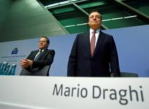 El presidente del Banco Central Europeo, Mario Draghi, junto al vicepresidente del organismo, Vitor Constancio, durante una conferencia de prensa en Fráncfort, Alemania. 8 de septiembre de 2016. El Banco Central Europeo redujo levemente el jueves sus pronósticos para el crecimiento y la inflación en 2017 y proyectó que el incremento de precios permanecerá por debajo de su meta hasta 2018, pese a estímulos extraordinarios. REUTERS/Ralph Orlowski