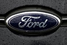 Ford a abaissé jeudi sa prévision de bénéfice imposable ajusté pour 2016 à 10,2 milliards de dollars (9,06 milliards d'euros), contre au moins 10,8 milliards dans son estimation de juillet, en raison d'une charge de 640 millions de dollars liée à un rappel de véhicules. /Photo d'archives/REUTERS/Francois Lenoir