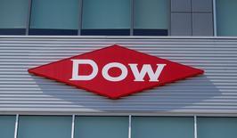 La Commission européenne a annoncé vendredi avoir interrompu l'examen du projet de fusion entre Dow Chemical et DuPont dans l'attente d'informations complémentaires de la part des deux sociétés. /Photo d'archives/REUTERS/Rebecca Cook