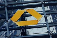 El logo de Commerzbank fotografiado en la conferencia anual de la compañía en Fráncfort, Alemania. 12 de febrero de 2016. Commerzbank, el segundo mayor prestamista de Alemania, está considerando fusionar sus negocios de préstamos para empresas de tamaño medio con su banca de inversión, lo que profundizaría los recortes de empleo anunciados anteriormente, dijeron escuetamente fuentes sobre los planes. REUTERS/Ralph Orlowski/File Photo