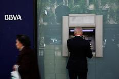Una persona utilizando un cajero automático del banco BBVA en Madrid, abr 30, 2014. El banco BBVA Chile colocó bonos por el equivalente a 119 millones de dólares en el mercado local, recursos que destinará a financiar su crecimiento y desarrollo comercial, informó el viernes la empresa.  REUTERS/Susana Vera/File Photo