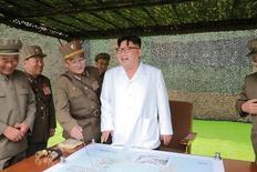"""Лидер Северной Кореи Ким Чен Ын наблюдает за запуском баллистической ракеты. Фото без даты предоставлено Центральным телеграфным агентством Кореи 6 сентбяр 2016 года. Северная Корея в воскресенье назвала """"смехотворными"""" усилия США расширить санкции вслед за ее пятым по счету испытательным ядерным взрывом и пообещала наращивать атомный потенциал. KCNA/via Reuters"""