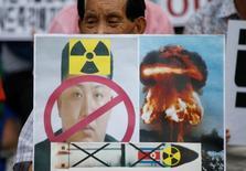 Демонстрант с плакатом, изображающим лидера Северной Кореи Ким Чен Ына на акции протеста в центре Сеула 10 сентября 2016 года. Северная Корея завершила подготовку к еще одному ядерному испытанию, сообщило в воскресенье южнокорейское информагентство Рёнхап со ссылкой на источники в правительстве. REUTERS/Kim Hong-Ji