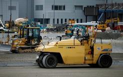 Машинное оборудование на токийском оптовом рынке Toyosu Market. Заказы на машинное оборудование в Японии неожиданно выросли второй месяц подряд в июле, немного ослабив пессимизм относительно капзатрат, однако сохраняются опасения о том, что слабый спрос и рост иены могут заставить компании отказаться от увеличения инвестиций.  REUTERS/Toru Hanai