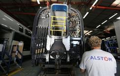 François Hollande a fixé lundi comme objectif de sauver les activités ferroviaires d'Alstom à Belfort, a annoncé lundi le ministre de l'Economie, Michel Sapin. Le groupe, dont l'Etat détient 20% du capital, a annoncé le transfert d'ici fin 2018 de la production de trains et du bureau d'études de son site historique de Belfort vers Reichshoffen (Alsace), provoquant la colère du gouvernement. /Photo prise le 31 août 2016/REUTERS/Régis Duvignau