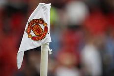 Manchester United a fait état lundi d'un chiffre d'affaires en hausse de 30% au quatrième trimestre mais a prédit une baisse de son bénéfice sur l'exercice en cours en raison de son absence de la Ligue des champions. Le club anglais, qui a terminé cinquième de la Premier League la saison dernière et doit se contenter cette saison de la Ligue Europa, prévoit un bénéfice annuel ajusté de 170 à 180 millions de livres sterling (200 à 213 millions d'euros) contre un résultat record de 192 millions de livres sur l'exercice précédent, clos le 30 juin dernier. /Photo prise le 10 septembre 2016/Reuters / Phil Noble