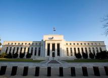 La Réserve fédérale doit prendre garde à ne pas retirer le stimulant monétaire trop tôt en raison de faiblesses potentielles du marché du travail et des risques conjoncturels à l'étranger, déclare lundi le gouverneur Lael Brainard. La réunion de politique monétaire des 20 et 21 septembre verra une Fed divisée entre ceux qui craignent que les taux ultra-bas ne provoquent une flambée d'inflation et ceux qui estiment qu'il n'y a aucune nécessité impérieuse à les relever. /Photo d'archives/REUTERS/Larry Downing