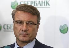 Герман Греф разговаривает с журналистами в головном офисе Сбербанка  в Москве. Крупнейший госбанк РФ Сбербанк может продолжить в 2016 году размещать рублевые облигации.  REUTERS/Sergei Karpukhin