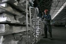 Рабочий в цеху завода TALCO в городе Турсунзаде. 19 ноября 2012 года. Таджикская алюминиевая компания (TALCO), одно из крупнейших предприятий страны, пересмотрит прогнозные показатели производства до уровня прошлого года из-за низких цен на металлы, сообщил Рейтер источник в руководстве компании. REUTERS/Nozim Kalandarov