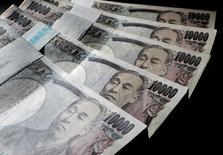 Банкноты в 10000 иен. Иена отошла от недельных минимумов к доллару и евро в среду, поскольку инвесторы засомневались в том, что сообщения о рассматриваемых Банком Японии дальнейших мерах смягчения политики станут источником значительной слабости японской валюты. REUTERS/Yuriko Nakao/File Photo