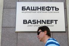 Прохожий у офиса Башнефти в Москве. 17 августа 2016 года. Минэкономики РФ допускает появление новых претендентов на покупку нефтяной компании Башнефть, оценка которой будет действовать до конца года, сообщила пресс-служба Минэкономики в ответ на запрос Рейтер. REUTERS/Sergei Karpukhin