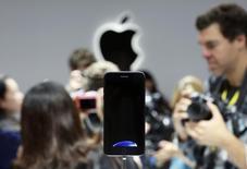 Apple confirme et amplifie son rebond à Wall Street mercredi, revenant à son meilleur niveau depuis cinq mois en Bourse, porté par des informations sur les précommandes de l'iPhone 7 avant son lancement commercial vendredi. Les opérateurs mobiles Sprint et T-Mobile US ont fait état de précommandes nombreuses pour cet appareil, sans toutefois communiquer des chiffres précis. /Photo prise le 7 septembre 2016/REUTERS/Beck Diefenbach